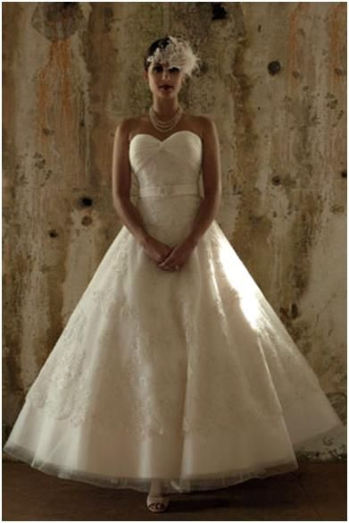 Beautiful sweetheat neckline strapless white lace wedding dress