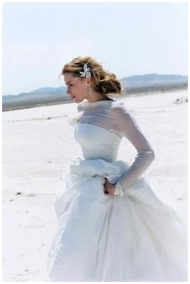 Spose di Gio bridal gown with power tulle, bride runs on beach