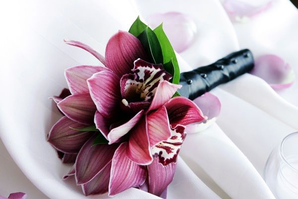This beautiful pink calla lilly bouquet has rings in the middle.