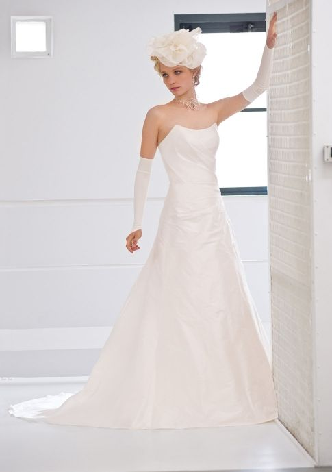 Classic ivory strapless a-line wedding dress by French couturier Francisco Reli
