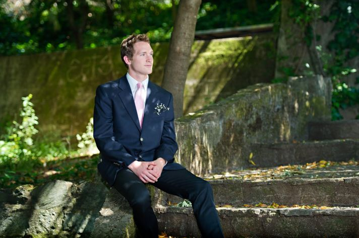 Casual yet chic wedding day attire for grooms- dark suit, solid tie