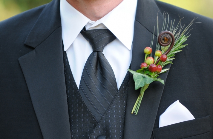 Grooms-tuxedo-fall-wedding-boutonniere
