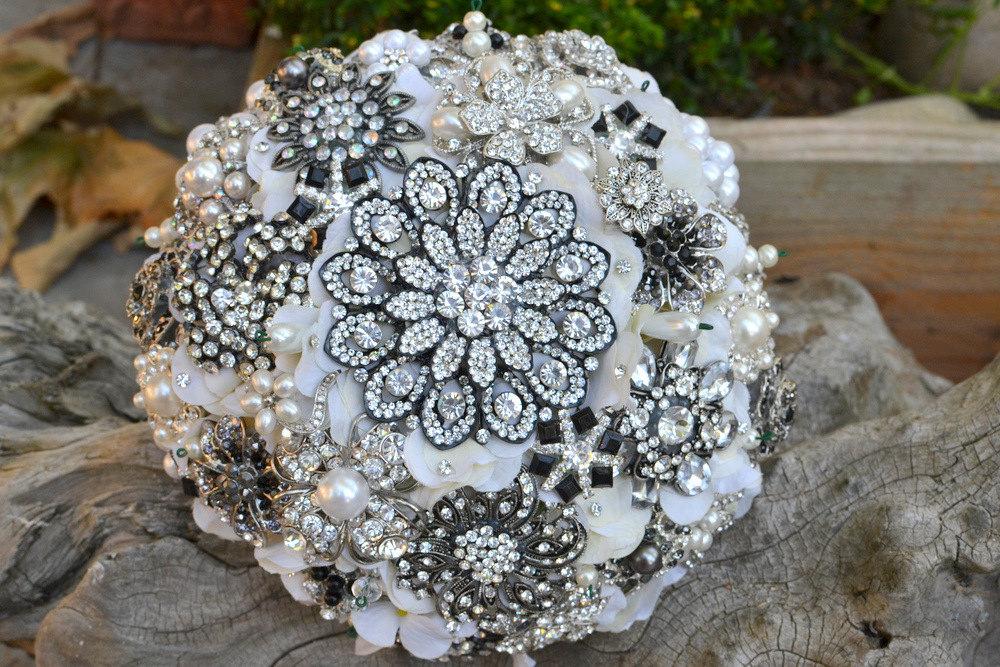 Sparkling bridal brooch bouquet by Noaki Credit Sparkling brooch bouquet