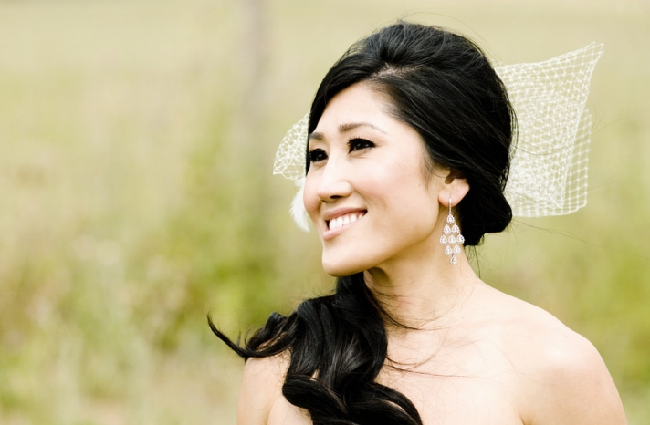 Asian bride wears loose side ponytail net veil bow