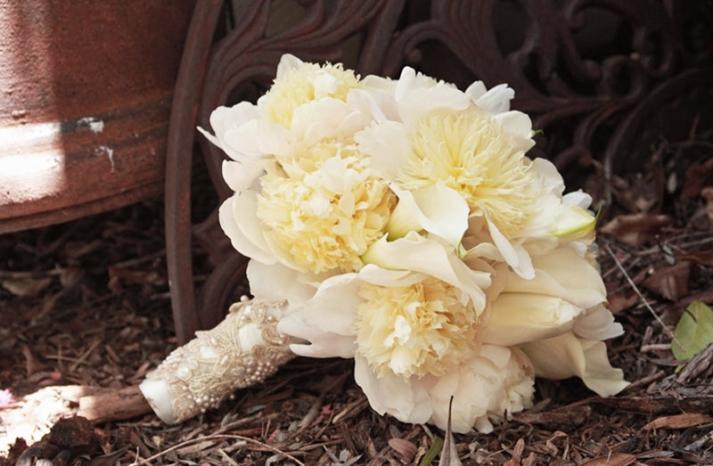 monochromatic ivory bridal bouquet elegant wedding flowers