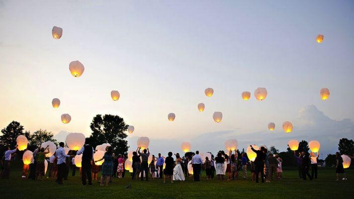 creative wedding ideas for outdoor ceremony wish lanterns 1