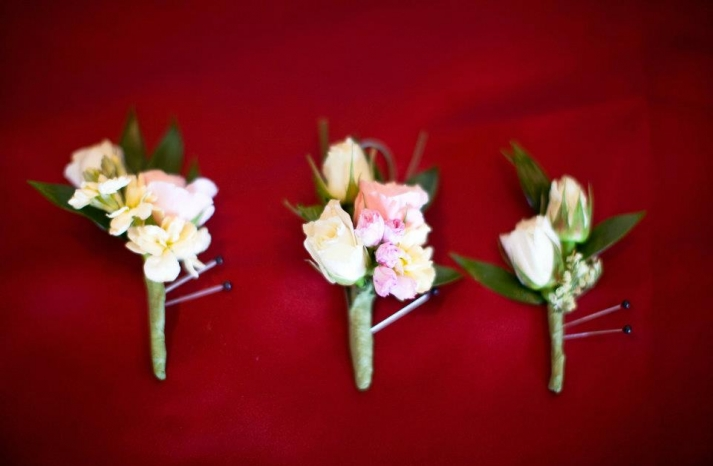 romantic boutonnieres for the groom groomsmen