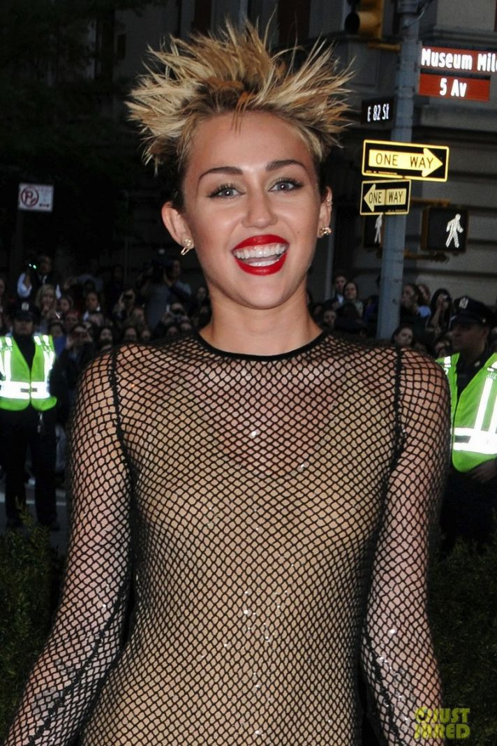 miley cyrus met ball 2013 red carpet 04
