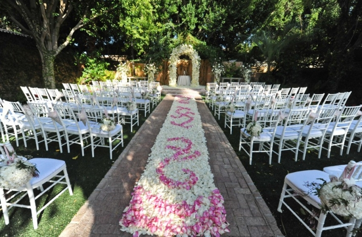 rose petal aisle runner for outdoor ceremonies unique wedding flower ideas 5 original