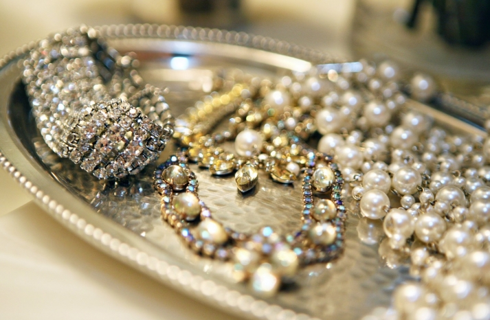 Glamorous wedding jewelry for vintage brides