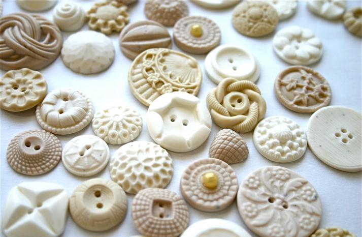 Edible vintage buttons to adorn the wedding cake